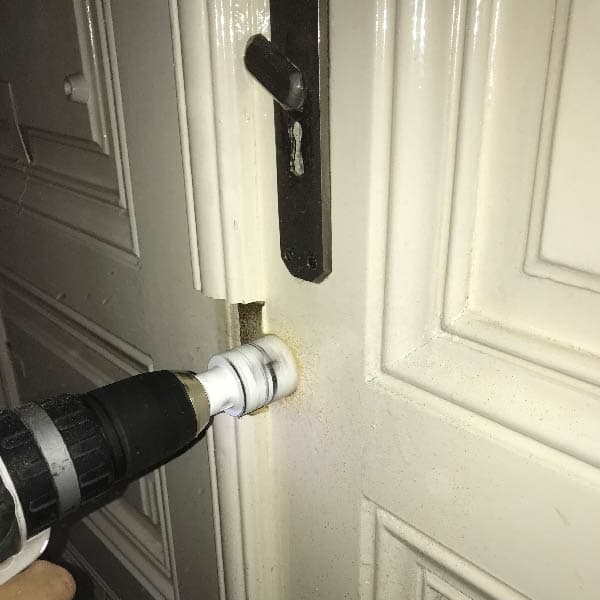 Zusatzschloss an der Wohnungstür